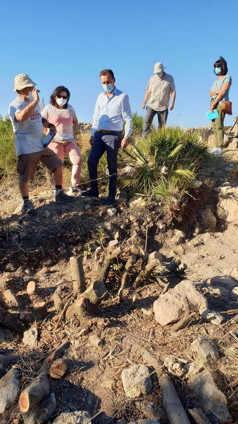 El alcalde en la visita a la zona de las excavaciones. / EPDA