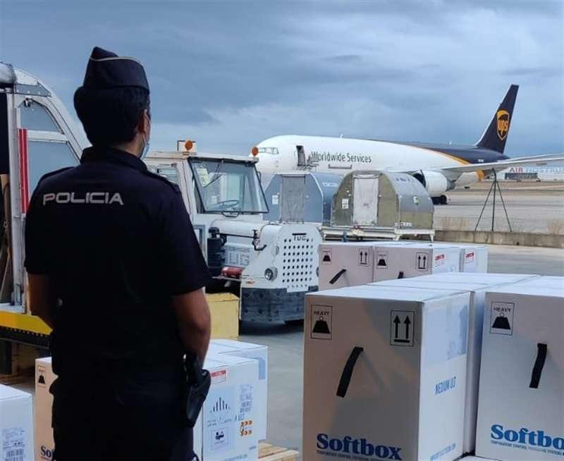 Un agente custodia una remesa de vacunas llegada a Manises.