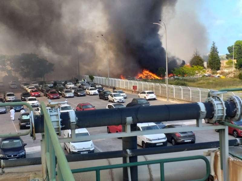 Gran humareda producida por el incendio activo en un vertedero de El Puig