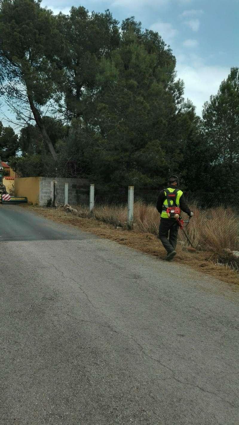 Un técnico limpiando los caminos de Olocau.//EPDA