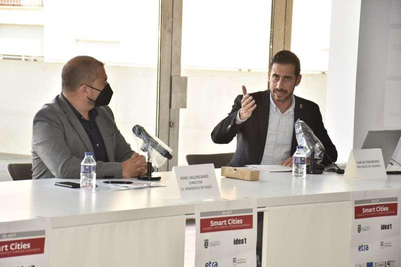 Carles F. Bielsa junto a Pere Valenciano durante el desayuno organizado por el Grup De Aquí sobre Ciudades Inteligentes