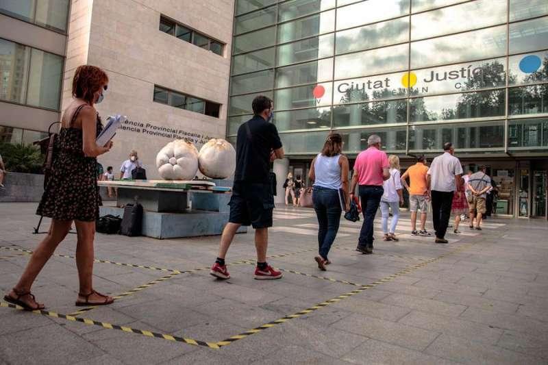Varias personas hacen cola para acceder a la Ciudad de la Justicia de València. EFE