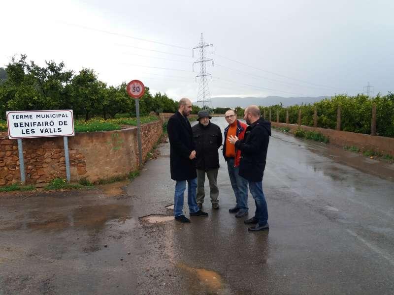 Los alcaldes y el entonces diputado de carreteras, durante la visita en 2017 a la zona.