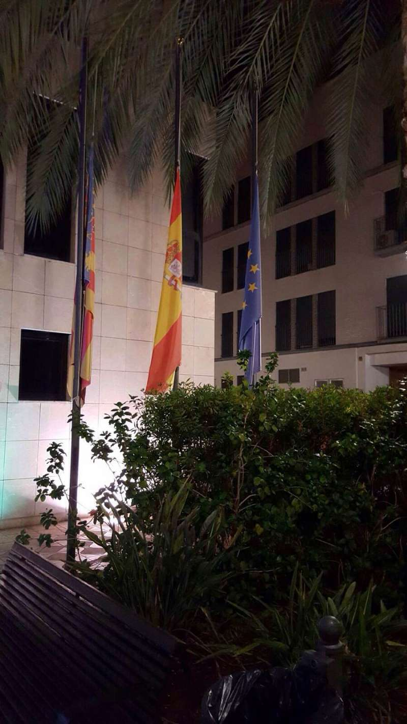 Las banderas a media asta en Albuixech. FOTO EPDA