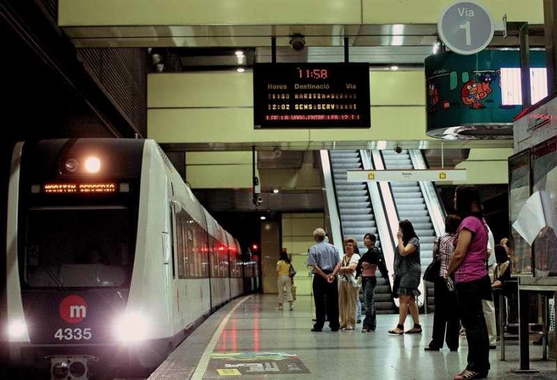 Un convoy de Metrovalencia entra en la estación en una imagen de archivo. EFE/Manuel Bruque