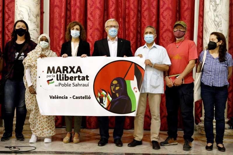 El alcalde de València, Joan Ribó (c), recibe a los organizadores de la Marcha por la Libertad del Pueblo Saharaui y al delegado en València del Frente Polisario, Alali Emboiric Mohamed (3º d).