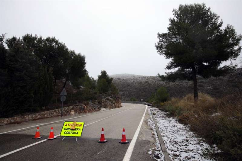 En la imagen, una carretera cortada por nieve durante el temporal Filomena. EFE