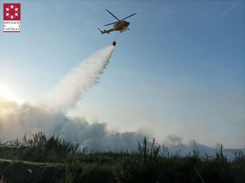 Un helicoptero apaga las llamas