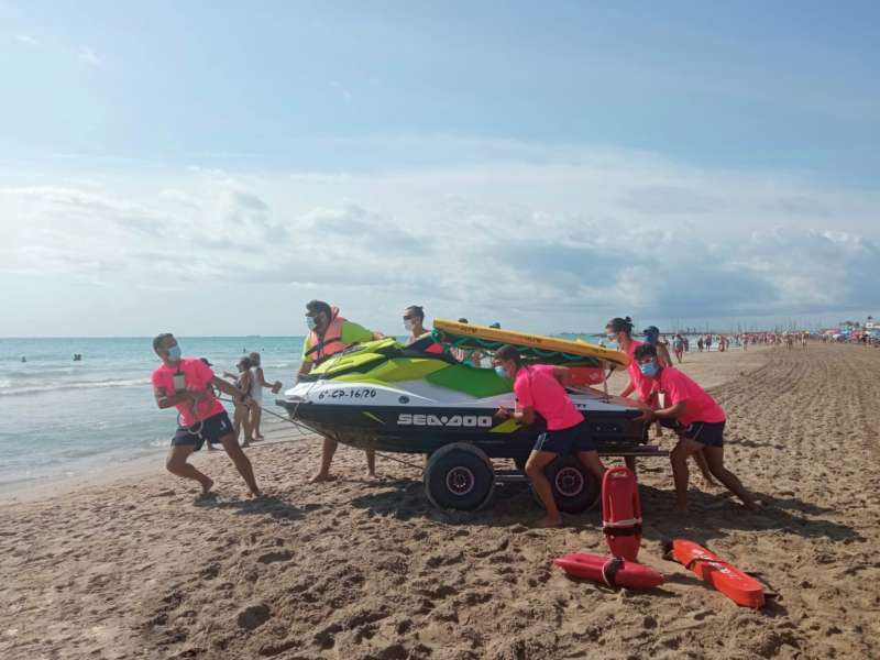 Socorristes a la platja de Canet d