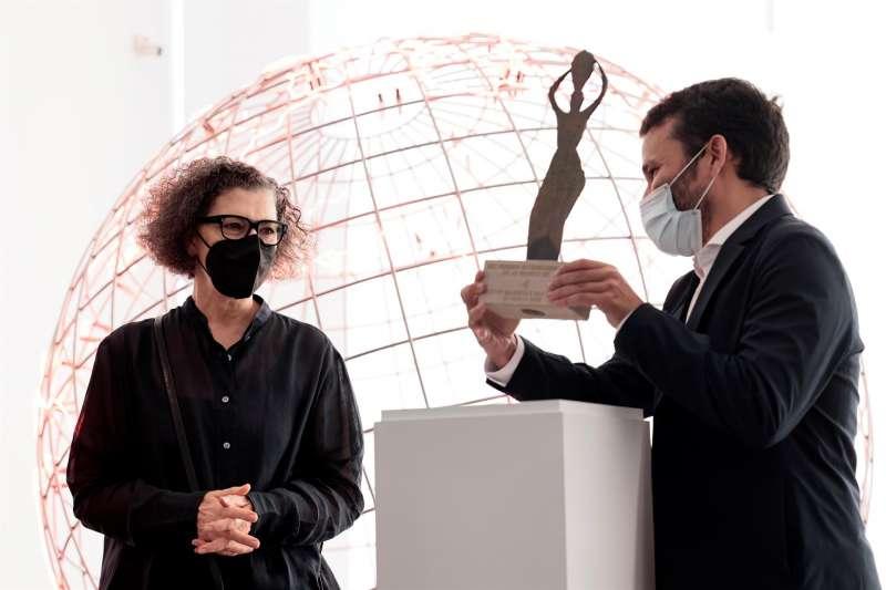La artista Mona Hatoum (Beirut, 1952) recibe de manos del conseller de Cultura, Vicent Marzà, el Premio Internacional Julio González 2020 en el Instituto Valenciano de Arte Moderno (IVAM). EFE/Biel Aliño