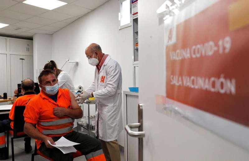 Trabajadores de Agricultores de la Vega reciben la primera dosis de la vacuna en la sede de su empresa. EFE/Manuel Bruque/Archivo