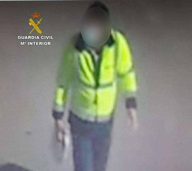 Uno de los detenidos en acción, en una imagen de la Guardia Civil / EFE