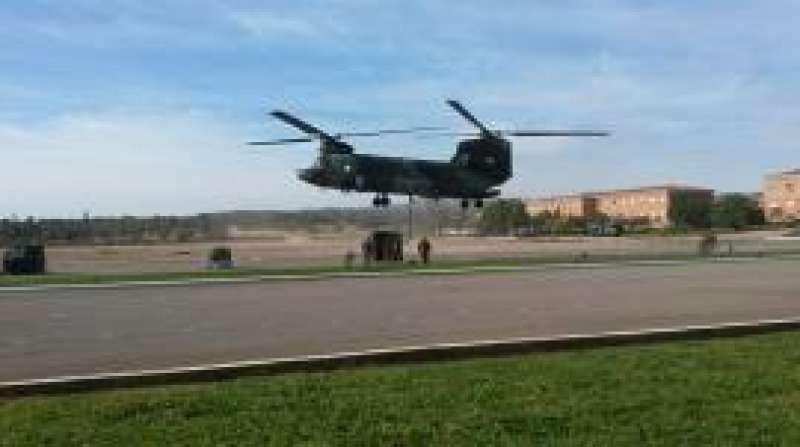 El helicóptero utilizado por el Ejército para las labores de seguridad en la Calderona.//EPDA