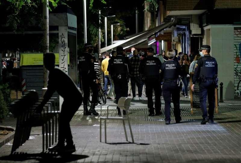 Agentes de la Policía Local de València recorren las terrazas de una conocida zona de ocio de la ciudad vigilando que se cumplan las medidas anticovid. EFE/Manuel Bruque/Archivo