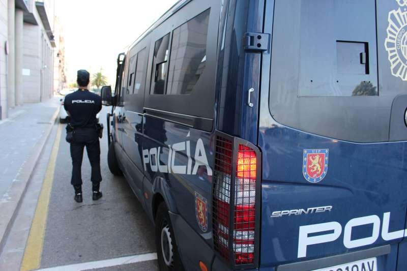 Furgón de la Policía Nacional durante la detención.