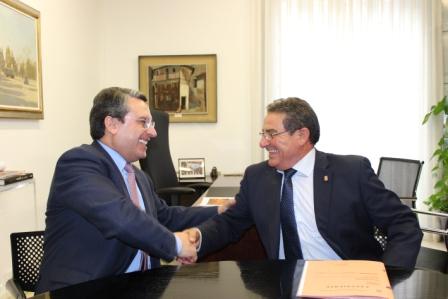 Imagen del diputado de Turismo, Sanjuán, y el alcalde de Yàtova, Lisarde. FOTO: DIVAL