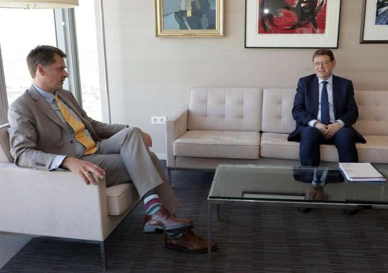 El president de la Generalitat, Ximo Puig (d), se reúne con el embajador del Reino Unido en España, Hugh Elliot, para tratar de alcanzar un acuerdo que permita a los turistas británicos poder venir a