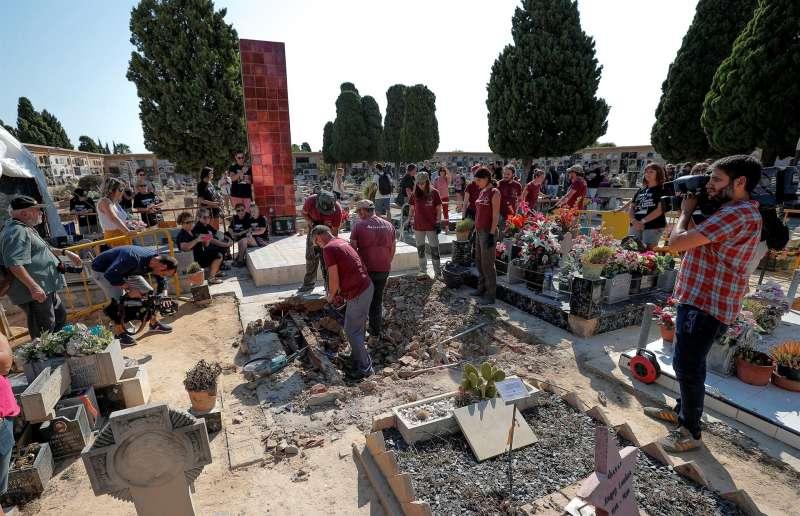 Numerosos familiares acudieron al inicio de los trabajos de exhumación de la fosa 112 del cementerio municipal de Paterna.