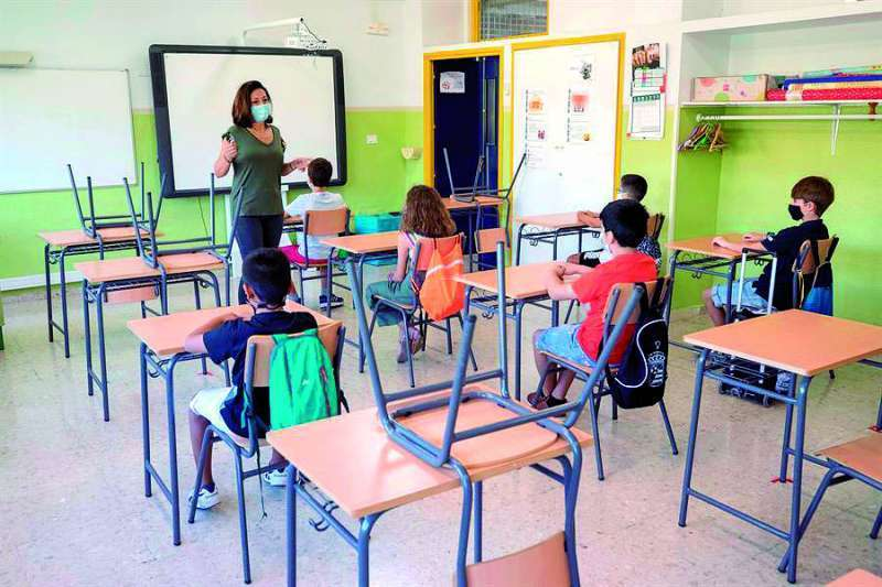 Clase con una profesora durante la pandemia. EPDA.