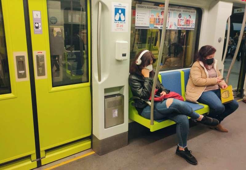 Dos pasajeras en el metro