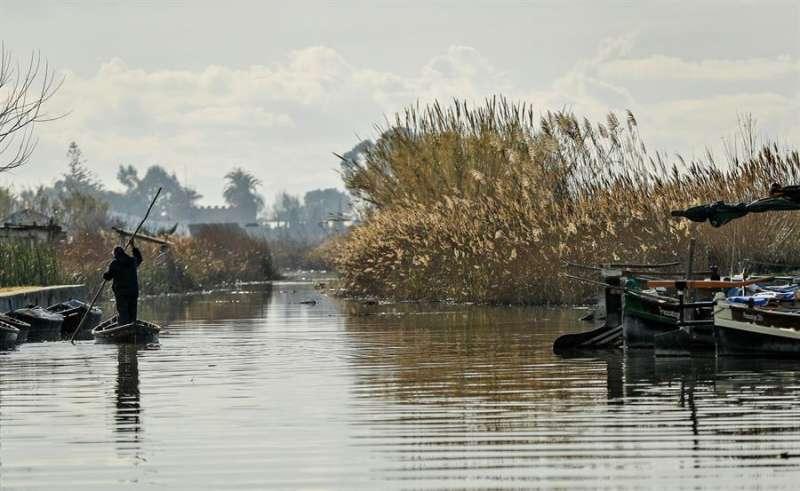 En la imagen, un pescador en uno de los canales de la Albufera.EFE