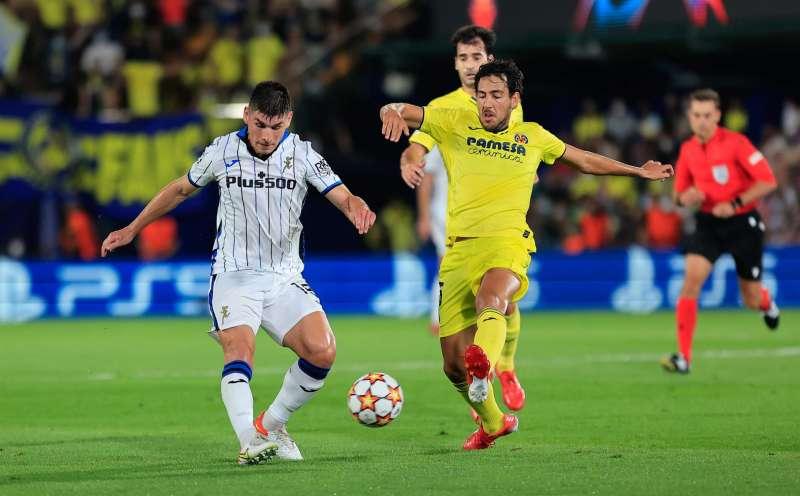 El centrocampista del Villarreal Dani Parejo pelea un balón ante Marten de Roon, del Atalanta, durante el partido de ayer.