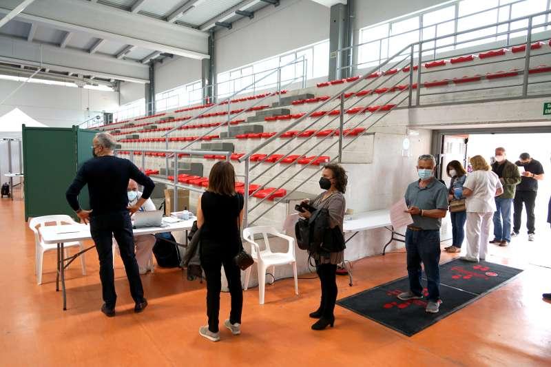 Primeros vacunados en el Pabellón Polideportivo de Benetússer.