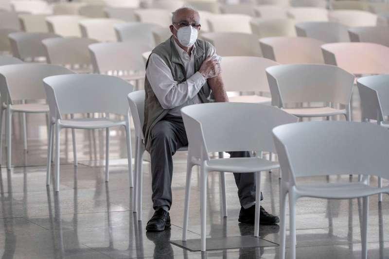 Minutos de descanso tras la vacunación. Foto: EFE