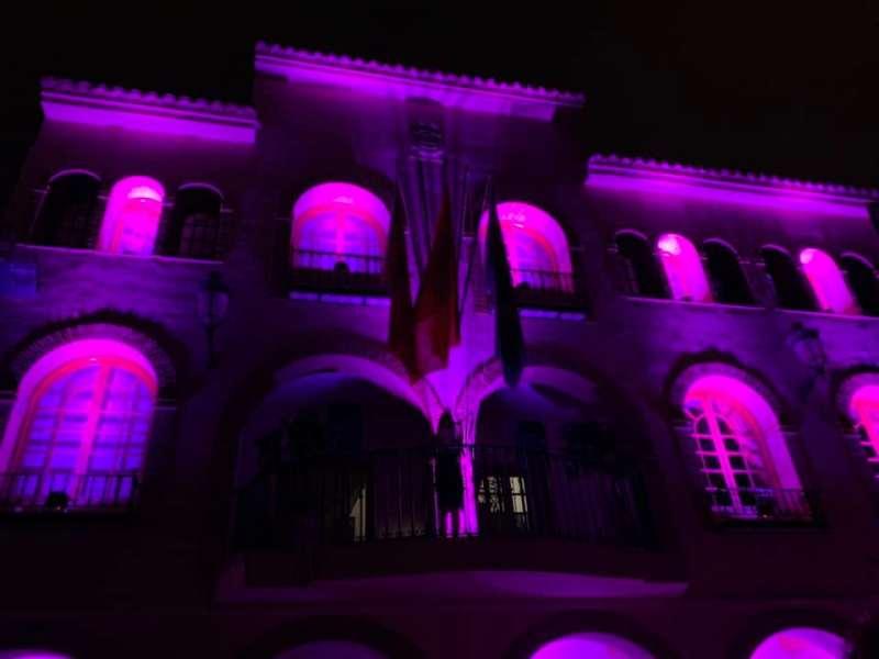 La fachada del Ayuntamiento, iluminada en la Noche Violeta. / EPDA