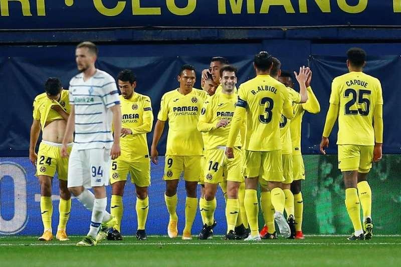 Los jugadores del Villarreal celebran el primer gol del equipo castellonense durante el encuentro correspondiente a la vuelta de los octavos de final de la Liga Europa este jueves frente al Dinamo de Kiev en el estadio de La Cerámica, en Villarreal. EFE/Domenche Castelló.