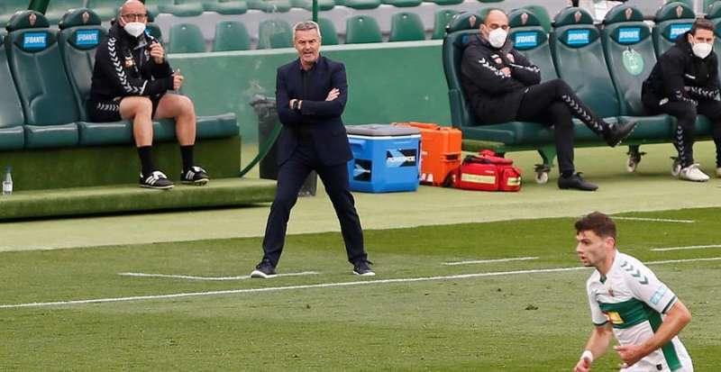 El entrenador del Elche, Fran Escribá, da instrucciones a sus jugadores desde la banda. EFE / Manuel Lorenzo/Archivo