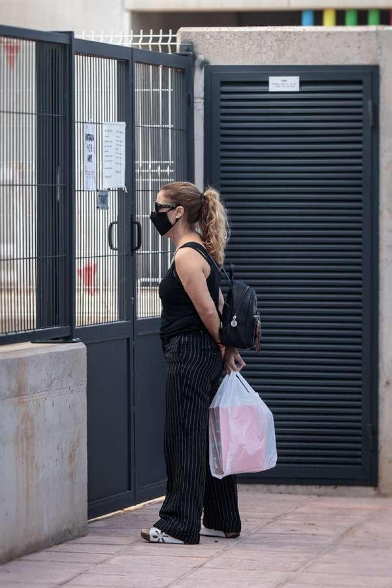 Una persona observa el patio del colegio de Primaria del CEIP Els Germanells de Rafelbunyol (Valencia).EFE/ Biel Aliño/Archivo