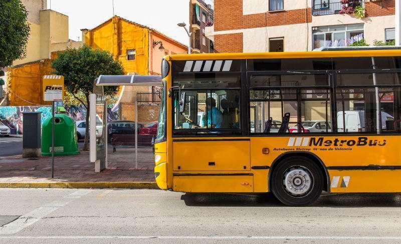 Autobus recogiendo a pasajeros