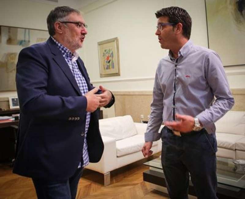 El alcalde de Vinalesa conversa con el presidente de la Diputación. EPDA