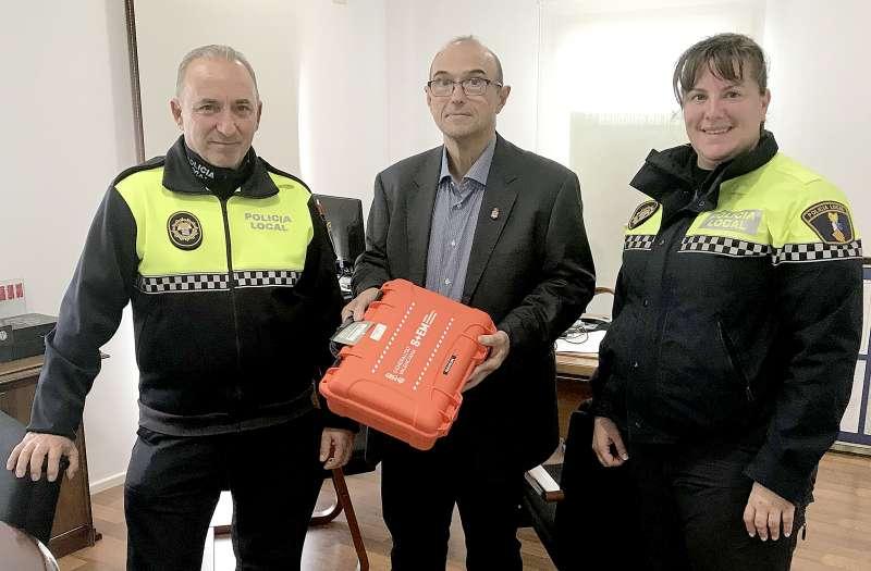 Los agentes de la Policía Local de Benifairó junto al alcalde del municipio y el nuevo equipo de comunicación. EPDA
