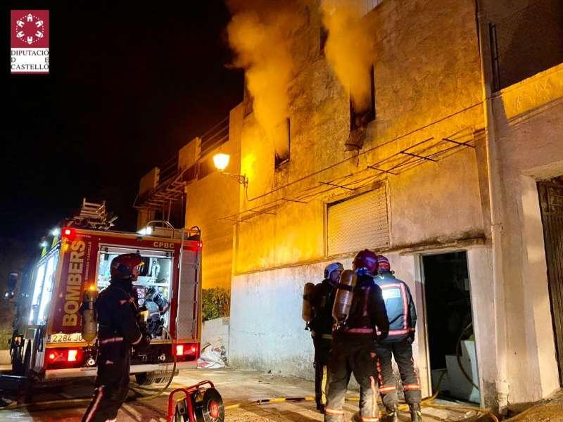El fuego afectó a la planta primera