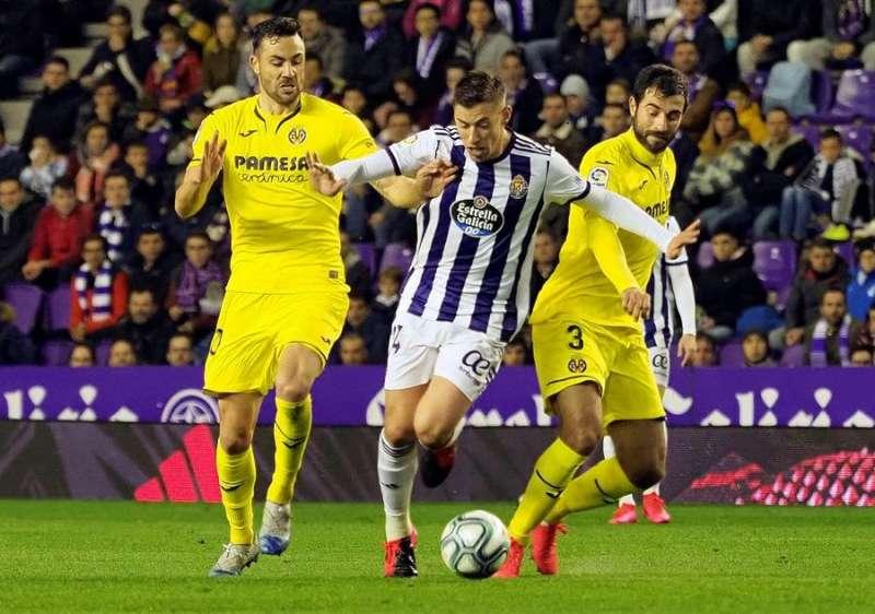 El centrocampista del Real Valladolid Rub�n Alcaraz (c) se escapa de Ra�l Albiol (d) y Vicente Iborra (i), ambos del Villarreal, en el partido de LaLiga que Real Valladolid y Villarreal disputaron en el estadio Jos� Zorrilla, en Valladolid. EFE/ R.Garc�a
