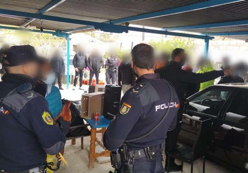Identificación de los individuos que asistían a las peleas de gallos, en una imagen distribuida por Policía Nacional.