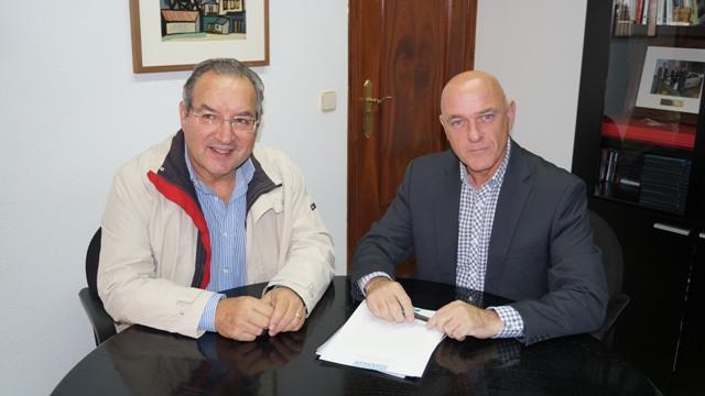 El diputado de Medio Ambiente, Salvador Enguix, junto al alcalde de Yátova, Leopoldo Romero. FOTO: DIVAL