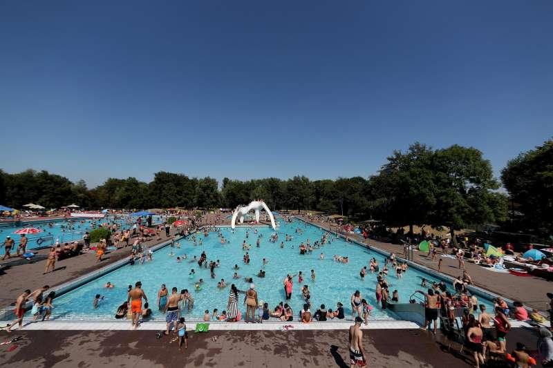 Decenas de personas disfrutan de un baño en una piscina pública. EFE/Archivo