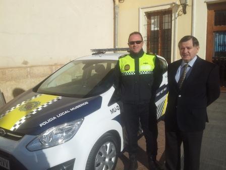 El alcalde con la nueva dotación de un vehículo para la Policía Local de Museros.