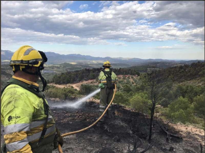 Los bomberos trabajan en evitar rebrotes. EPDA.