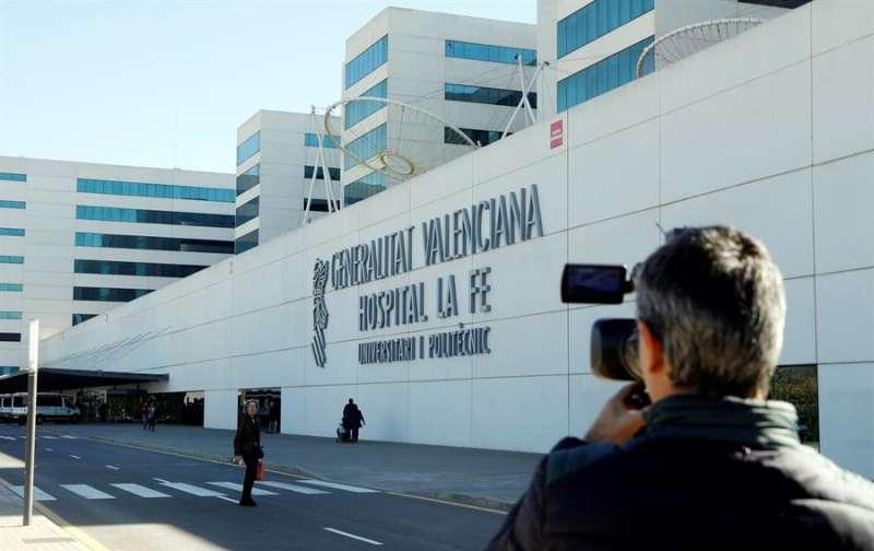 Un periodista toma imágenes del exterior del hospital La Fe de València. EFE/Archivo