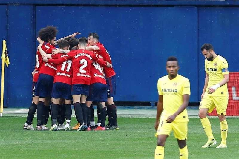 Los jugadores del Osasuna celebran uno de sus goles ante el Villarreal durante el partido de Liga que disputan en el estadio de la Cerámica
