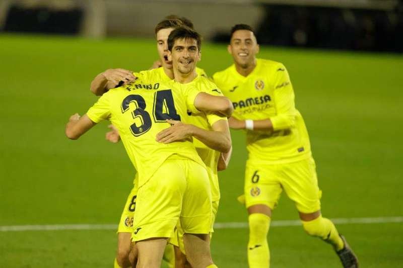 Los jugadores del Villarreal CF celebran el gol que les ha dado el pase a la siguiente ronda durante el partido de los dieciseisavos de final de la Copa del Rey que han disputado . RAMÓN DE LA ROCHA