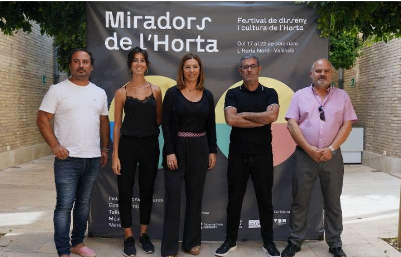El presidente de la Mancomunitat Llorenç Rodado (d) y los autores de las obras. EPDA
