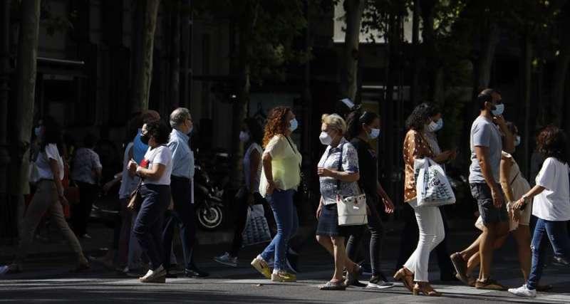 Personas con mascarilla caminan por una calle. EFE/Salas/Archivo