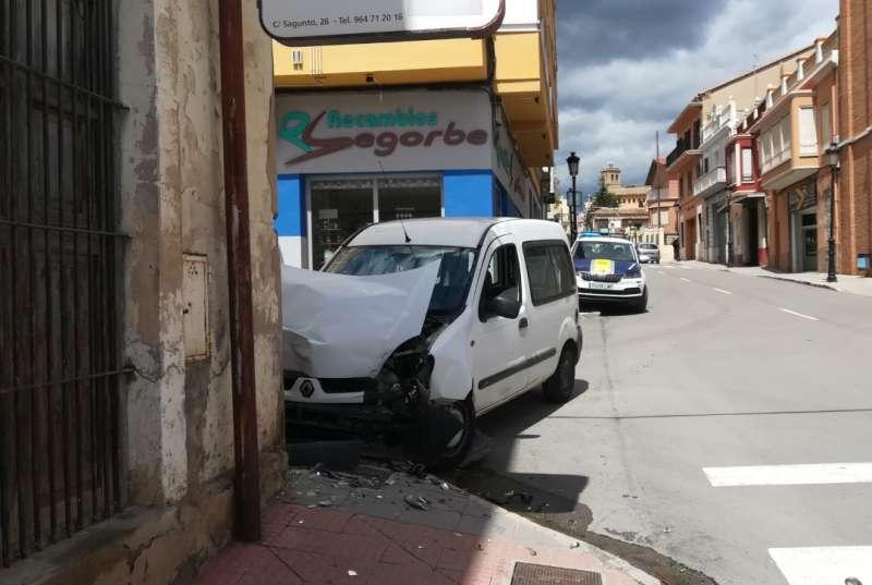 La furgoneta empotrada en la esquina