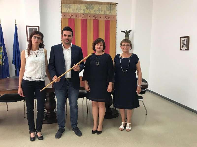 Néstor Albert con la vara de mando y sus concejalas del PSPV de Quart de les Valls. EPDA