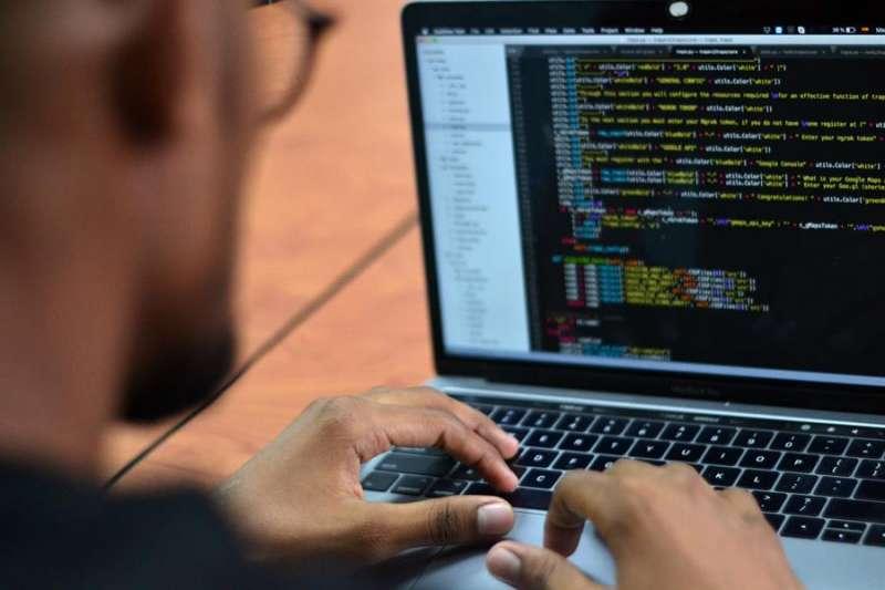 Persona frente al ordenador en una imagen de archivo. EPDA